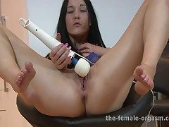 Multi-orgasmic Squirting Babe Keeps Unaffected by Cumming